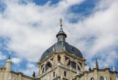 Punto di vista di una parte di Almudena Cathedral a Madrid, Spagna Fotografia Stock
