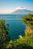 Punto di vista di Volcano San Pedro con una corona delle nuvole nel Guatemala Immagine Stock Libera da Diritti
