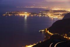 Punto di vista distante del san Jean Cap Ferrat e Nizza al tramonto Immagini Stock