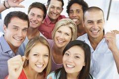 Punto di vista elevato della gente di affari felice e positiva in vestito casuale