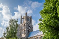Punto di vista di Ely Cathedral contro un cielo blu con le nuvole parziali, Cambridgeshire, Norfolk immagini stock libere da diritti