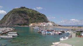 Punto di vista emozionante di Sant Angelo in Inschia, barche che galleggiano sull'acqua, isolotto piacevole video d archivio