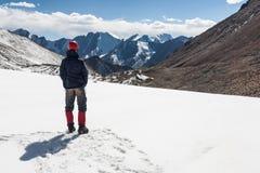 Punto di vista enjoing della viandante alle montagne di Tien Shan Fotografie Stock Libere da Diritti