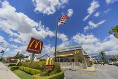 """Punto di vista esteriore della società degli alimenti a rapida preparazione di s """"\ di McDonald famoso fotografie stock libere da diritti"""