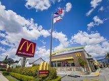 """Punto di vista esteriore della società degli alimenti a rapida preparazione di s """"\ di McDonald famoso immagini stock"""