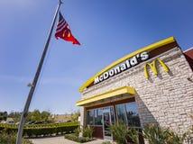 """Punto di vista esteriore della società degli alimenti a rapida preparazione di s """"\ di McDonald famoso immagine stock libera da diritti"""