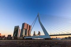 Punto di vista esteriore di Erasmus Bridge al tramonto ed alla Mosa Fotografia Stock