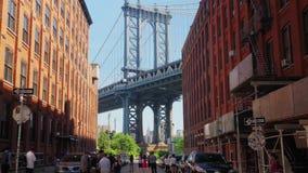Punto di vista di giorno dei turisti a Dumbo iconico Brooklyn stock footage