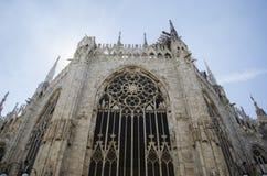 Punto di vista di giorno di Milan Cathedral famoso, Di Milano del duomo, sulla piazza a Milano, l'Italia Bello cielo blu immagine stock