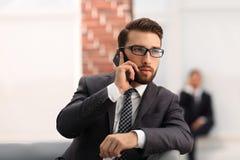 Punto di vista di giovane uomo attraente di affari che per mezzo dello smartphone Fotografie Stock
