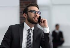 Punto di vista di giovane uomo attraente di affari che per mezzo dello smartphone Immagini Stock