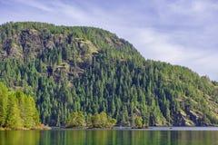Punto di vista di Gordon Bay nel lago Cowichan durante la caduta, BC, il Canada fotografia stock