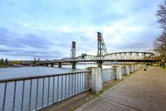 Punto di vista di Hawthorne Bridge di sud-ovest dal parco di lungomare Portland Fotografia Stock Libera da Diritti