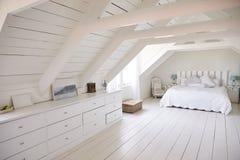 Punto di vista interno di bei luce e Airy White Bedroom fotografia stock