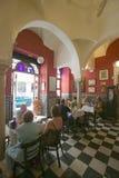 Punto di vista interno del ristorante e della gente pranzando in Sevilla Spain immagini stock