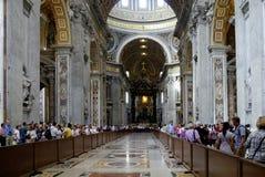Punto di vista interno del san Peters Basilica a Roma Immagini Stock