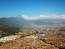 Punto di vista Jade Dragon Snow Mountain dell'uccello nell'inverno Immagine Stock Libera da Diritti