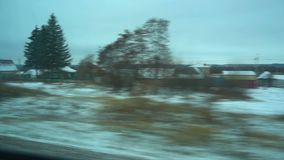 punto di vista 4K dalla finestra di un treno passeggeri La foresta abbandonata dell'inverno si muove fuori della finestra stock footage