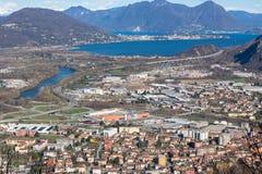 Punto di vista di Lago Maggiore e la città di Gravellona Toce fotografia stock libera da diritti