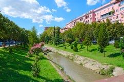 Punto di vista di Lana River nel centro urbano, Tirana, Albania Fotografia Stock