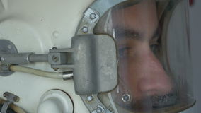 Punto di vista laterale del cosmonauta Helmet stock footage