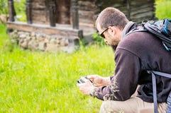 Punto di vista laterale dell'uomo barbuto con Smartphone Immagini Stock