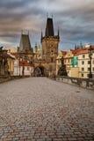 Punto di vista di Lesser Bridge Tower di Charles Bridge a Praga alla s fotografia stock