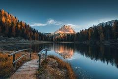 Punto di vista di mattina di Lago Antorno, dolomia, paesaggio della montagna del lago Immagini Stock