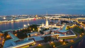 Punto di vista di notte del Peter e Paul Fortress Hare Island e la città di St Petersburg stock footage