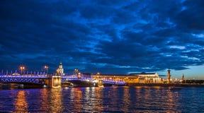 Punto di vista di notte di Neva River con i ponti mobili St Petersburg, Ru immagine stock libera da diritti