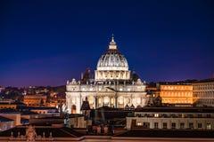 Punto di vista di notte di St Peter ' basilica di s nel Vaticano, Roma, Italia immagine stock libera da diritti