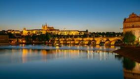 Punto di vista di panorama del san Vitus Cathedral con l'orizzonte della città di Praga alla notte a Praga, repubblica Ceca Fotografia Stock