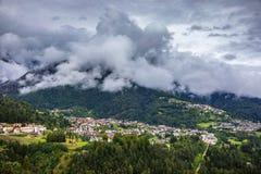Punto di vista panoramico di Calalzo di Cadore nelle alpi in Italia, Dolomi Immagini Stock