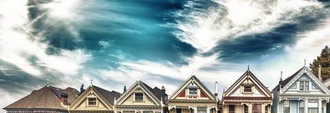 Punto di vista panoramico delle signore Painted a San Francisco al tramonto - Ca immagine stock