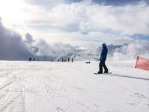 Punto di vista panoramico dello snowboarder sul pendio nevoso Immagini Stock Libere da Diritti