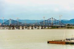 Punto di vista panoramico di Hercilio Luz Bridge, in Florianopolis, il Brasile immagine stock