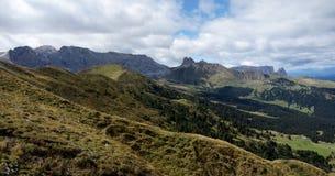 Punto di vista panoramico meraviglioso di alp de siusi con i picchi di montagna della dolomia del distinctiv Fotografie Stock