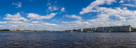Punto di vista panoramico di Neva River, Peter e Paul Fortress ed il palazzo di inverno St Petersburg La Russia immagine stock