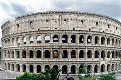 Punto di vista panoramico di Roman Coliseum, con un cielo con le nuvole e Immagini Stock