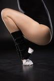 Punto di vista parziale del ballerino della giovane donna nell'addestramento degli abiti sportivi Fotografia Stock Libera da Diritti