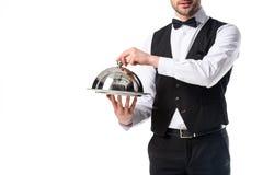 punto di vista parziale del cameriere in vassoio del servizio della tenuta della maglia del vestito in mani Fotografie Stock Libere da Diritti