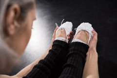 Punto di vista parziale del primo piano del ballerino della giovane donna nell'addestramento degli abiti sportivi Fotografie Stock