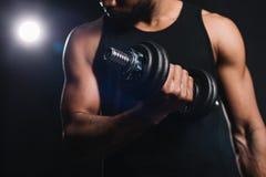punto di vista parziale del primo piano dello sportivo afroamericano muscolare Fotografie Stock Libere da Diritti