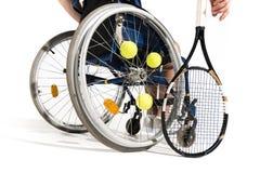 Punto di vista parziale del tennis che si siede in sedia a rotelle Fotografia Stock