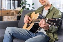 punto di vista parziale dell'uomo che gioca chitarra Fotografia Stock Libera da Diritti