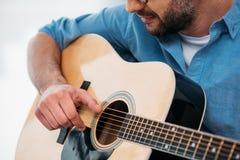 punto di vista parziale dell'uomo che gioca chitarra acustica Fotografie Stock Libere da Diritti