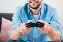 punto di vista parziale dell'uomo che gioca video gioco Fotografia Stock Libera da Diritti