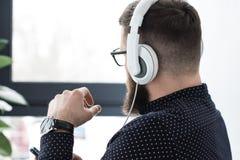 punto di vista parziale dell'uomo con musica d'ascolto dello smartphone Fotografie Stock Libere da Diritti