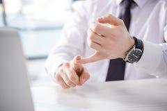 Punto di vista parziale dell'uomo d'affari che conta sulle dita nel luogo di lavoro Fotografia Stock Libera da Diritti
