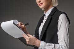 punto di vista parziale della donna di affari con il blocco note Fotografia Stock